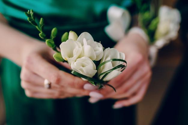Les mains avec une fleur blanche Photo gratuit
