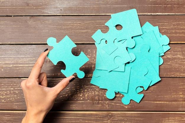 Mains sur fond de pièces de puzzle Photo Premium