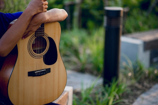 Mains et guitares de guitaristes jouant de la guitare, instruments de musique Photo Premium