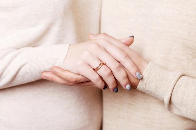 Mains D'homme Et Femme Se Bouchent. Couple D'amoureux Se Tenant La Main Photo Premium