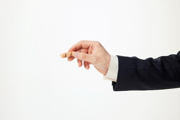 Mains D'homme Tenant Un Puzzle En Bois. Photo gratuit