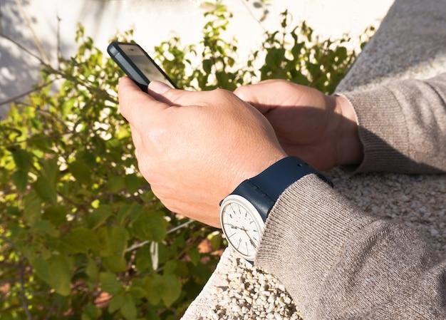 Une Tenant Portant Un Smartphone Mains D'homme Lanières Et Montre À QdrBCxoeWE