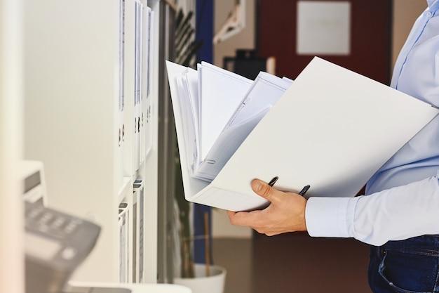 Mains, homme, tenue, dossier, documents Photo Premium