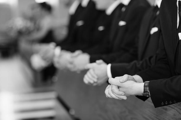 Mains d'hommes dans une église Photo gratuit