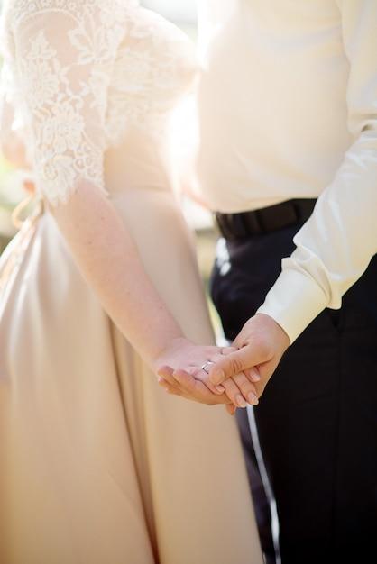 Mains De Jeunes Mariés Avec Anneaux De Mariage Photo Premium