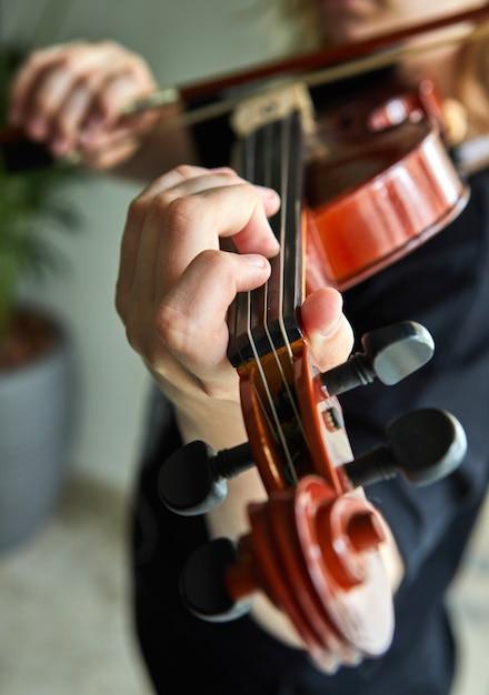 Mains de joueur classique. détails du jeu de violon. Photo Premium