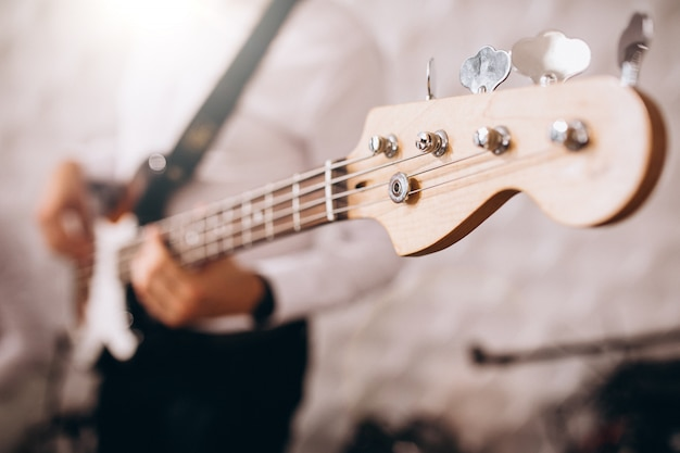 Mains mâles bouchent jouer de la guitare Photo gratuit