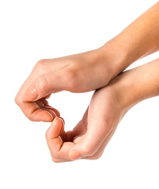 Les mains mâles montrent un signe de coeur sur blanc. Photo Premium