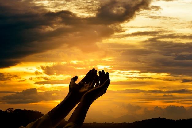 Mains mâles avec paume ouverte priant dieu Photo Premium