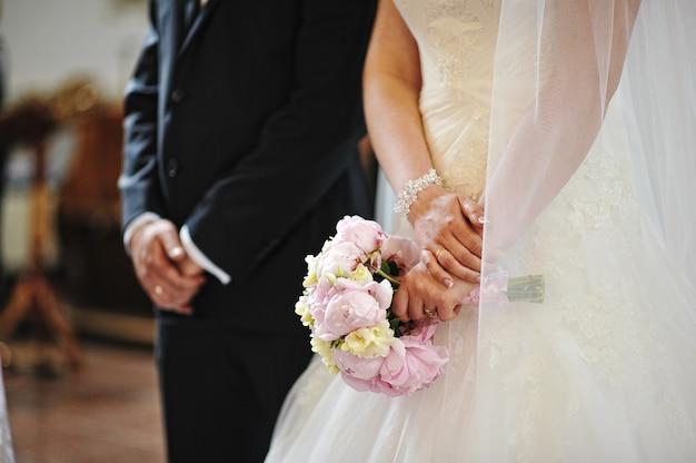 Mains, mariage, couple, église Photo Premium
