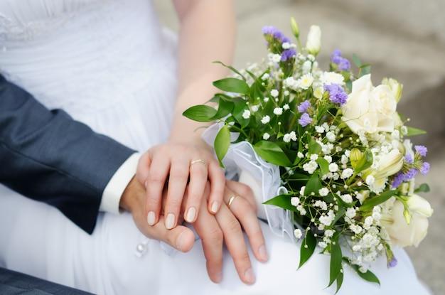 Les mains des mariés avec des alliances Photo Premium