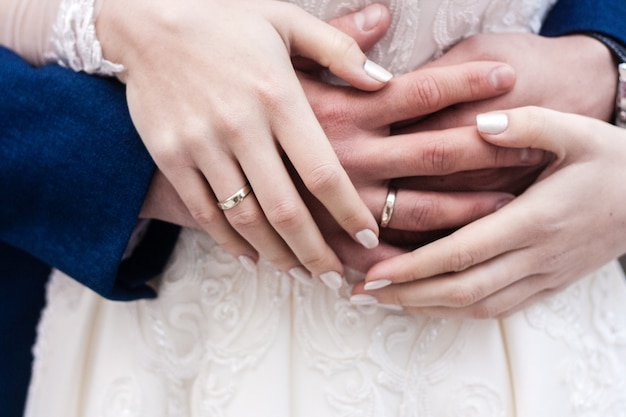 Les mains des mariés avec des anneaux se bouchent Photo Premium
