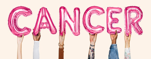 Mains montrant le mot ballons de cancer Photo gratuit