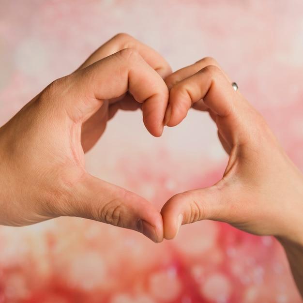 Mains montrant le signe du coeur Photo gratuit