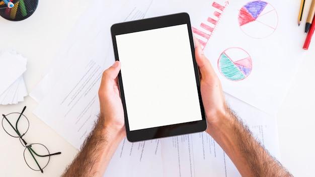 Mains Montrant Une Tablette Avec écran Blanc Photo gratuit