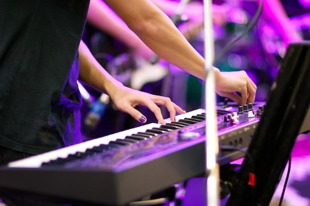 Mains De Musicien Jouant Du Clavier De Concert Avec Une Faible Profondeur De Champ, Se Concentrer Sur La Main Gauche Photo Premium