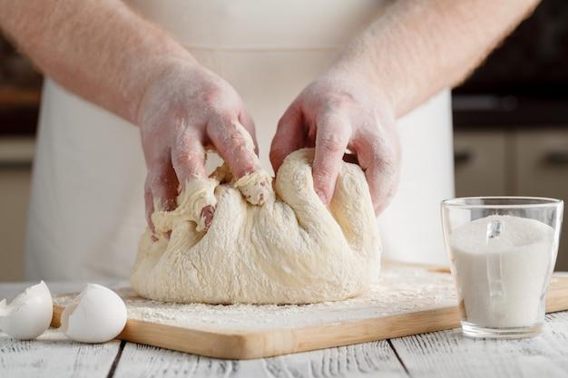 Mains Pétrir Une Pâte Photo Premium
