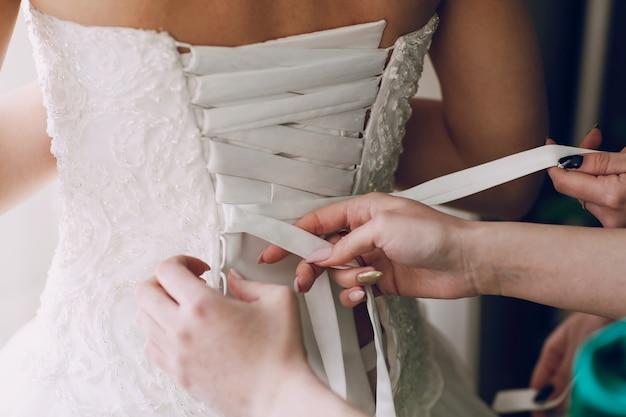 Mains de serrage corset de mariage Photo gratuit