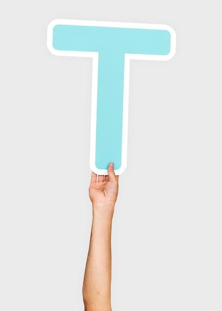 Mains tenant la lettre t Photo gratuit