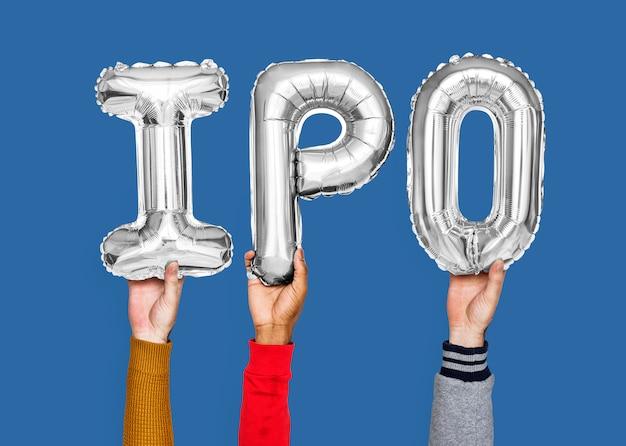 Mains tenant le mot ipo en lettres ballon Photo Premium
