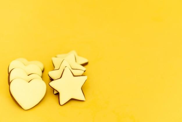 Les mains tiennent des biscuits en forme de coeur Photo Premium