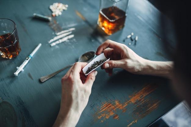 Les Mains De Toxicomane Prépare Une Dose, Vue Du Dessus Photo Premium