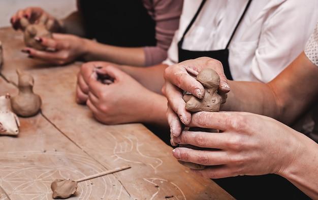 Mains Travaillant Avec De L'argile Photo Premium