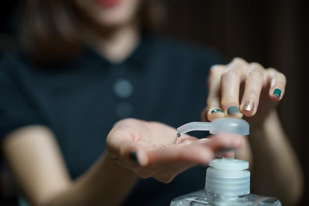 Mains En Utilisant Le Distributeur De Pompe De Gel Désinfectant Pour Les Mains Désinfectant Transparent Dans Le Flacon Pompe, Pour Tuer Les Germes, Les Bactéries Et Les Virus. Photo Premium