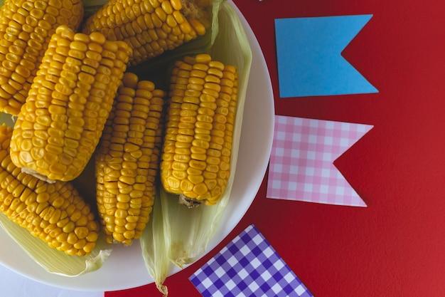 Maïs cuit au four typique de la junina brésilienne Photo Premium