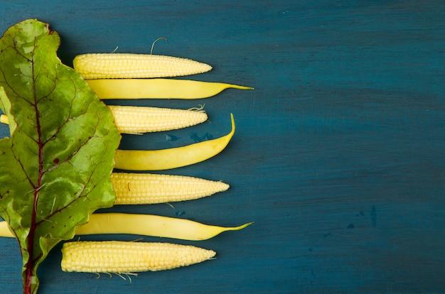 Maïs premier fraiche beet leaf sous la surface brillante en bois. Photo Premium