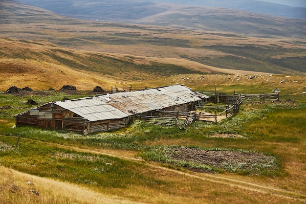 Une maison abandonnée dans la steppe, une grange pour les animaux Photo Premium