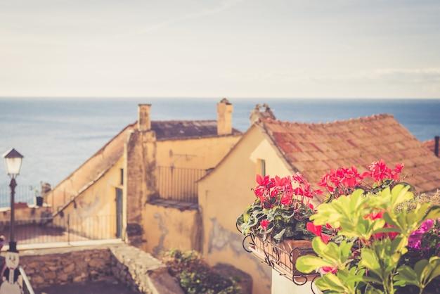 Maison ancienne avec des fleurs Photo Premium