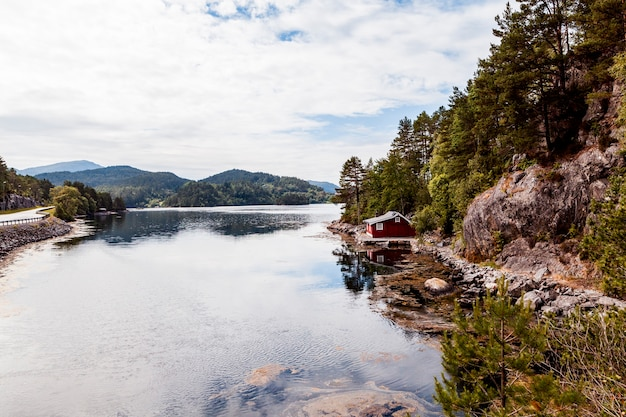 Maison au bord du lac idyllique Photo gratuit