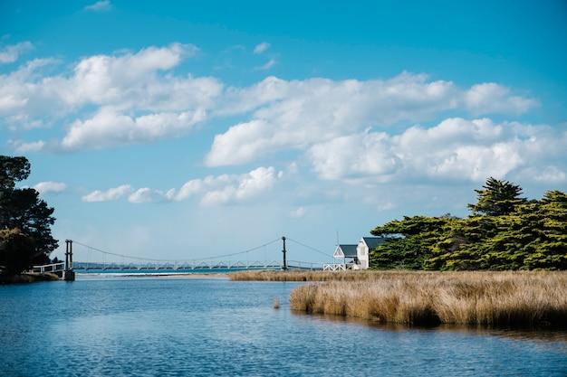 Maison blanche et mer Photo gratuit