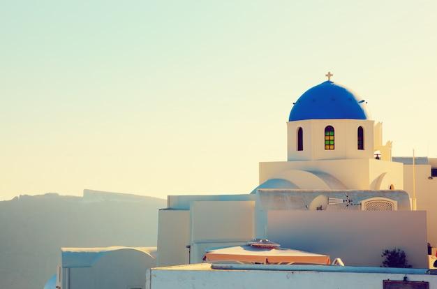 Maison blanche avec toit bleu Photo gratuit