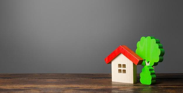 Maison En Bois Et Arbres. Nouvelle Maison. Logement Confortable Et Abordable. Photo Premium