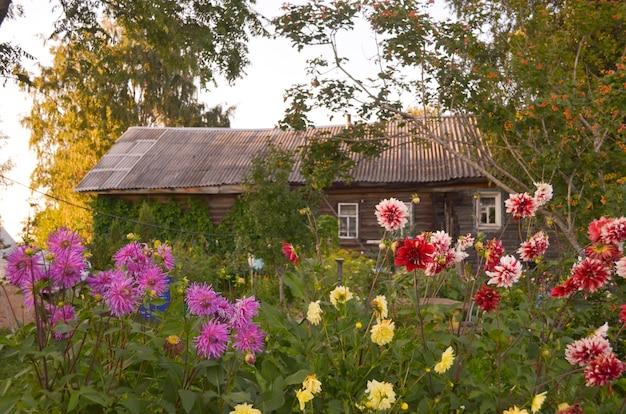 Maison en bois aux fenêtres sculptées à vologda en russie. style russe en architecture. maison russe rustique avec jardin Photo Premium