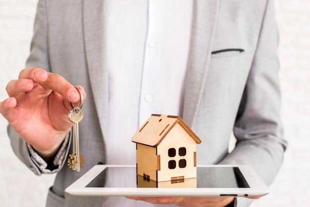Maison en bois sur une tablette vue rapprochée Photo gratuit