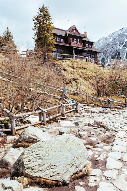 Maison en bois traditionnelle sur la colline Photo gratuit