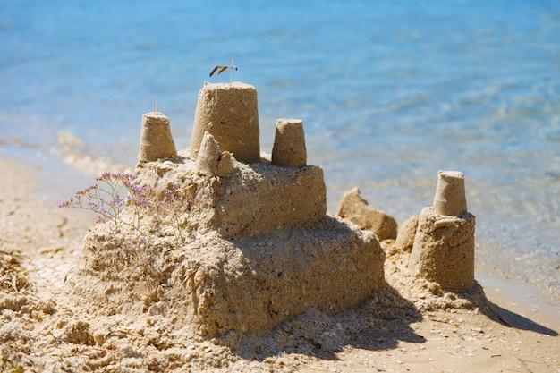 Maison de château de sable avec des tours Photo Premium