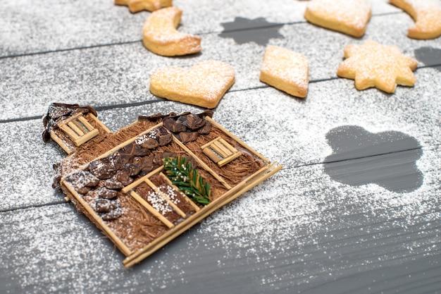 Maison Décorative De Noël Et Différents Biscuits En Forme De Sucre En Poudre Sur Table En Bois Photo Premium