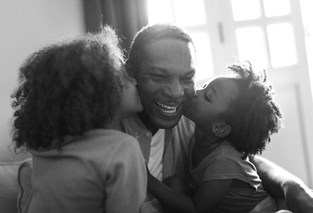 Maison De Descendance Africaine, Les Enfants Embrasser Leur Père Photo gratuit