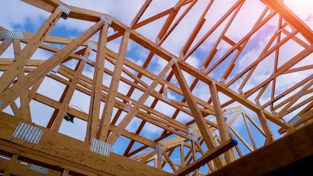Maison d'habitation encadrant vue sur maison neuve en bois en construction Photo Premium