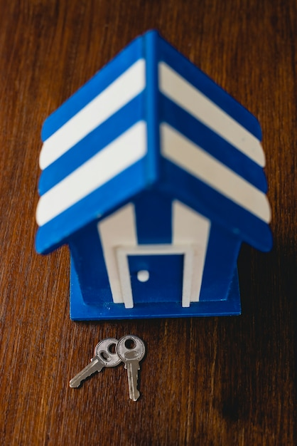 Maison de jouet en bois avec des motifs de plage et maritimes et des clés de la maison. Photo Premium