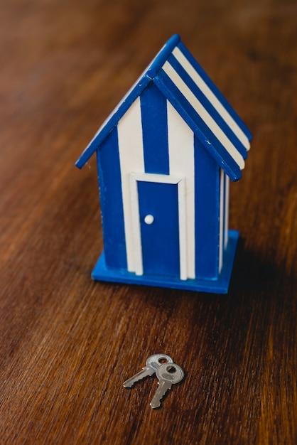Maison de jouet en bois avec motifs de plage et maritimes et quelques clés de la maison. Photo Premium