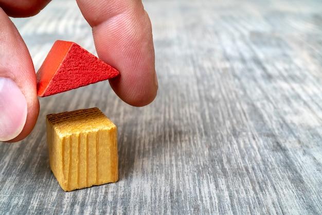 Maison de jouet en bois de toit rouge. Photo Premium