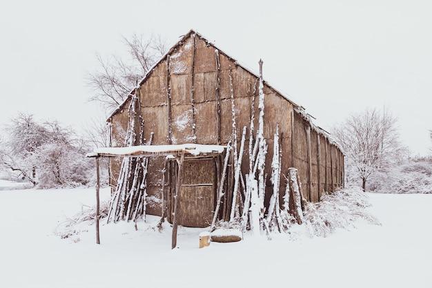 Maison Longue Amérindienne Avec Un Sol Recouvert De Neige Blanche En Hiver Photo gratuit