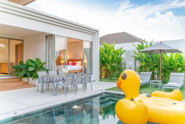 Maison ou maison design extérieur montrant une villa avec piscine ...