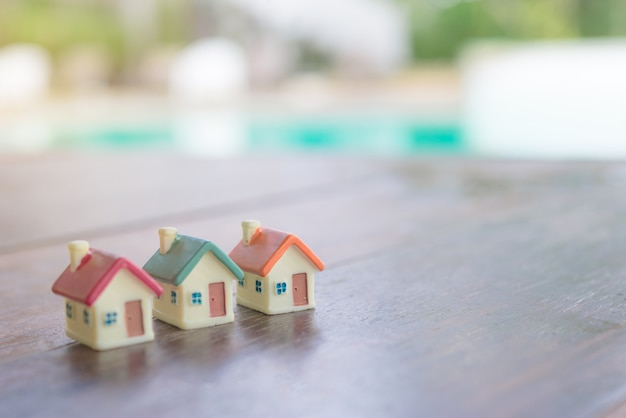 Maison miniature sur fond en bois. image de l'immobilier. Photo Premium
