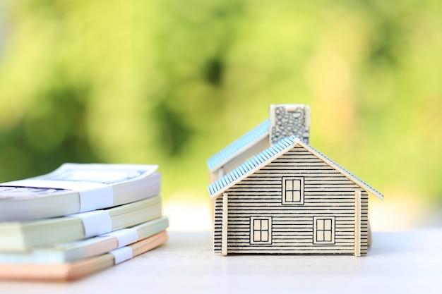 Maison modèle et billet de banque en vert naturel Photo Premium